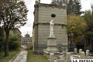 Estatua y mausoleo del cementerio croata de Oruro, Bolivia